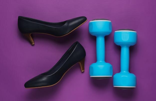 Leddysスポーツレディースハイヒールの靴、紫色の背景にダンベルフィットネスとファッション