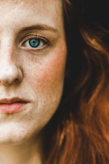 Левая щека зеленоглазой женщины