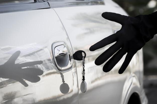 Левый ключ на двери автомобиля на стоянке