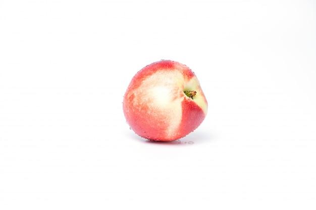白い背景の上の水の滴を左の桃