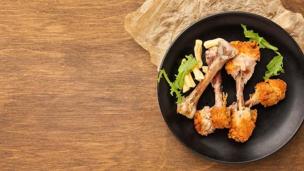 Bacchette avanzi di rifiuti alimentari nel piatto