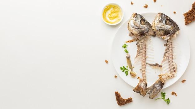 남은 음식물 쓰레기 생선과 뼈