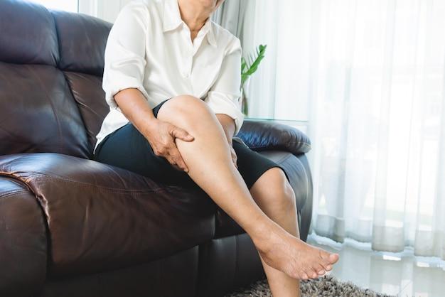 다리 경련, 집에서 다리 경련 통증으로 고통받는 노인 여성, 건강 문제 개념