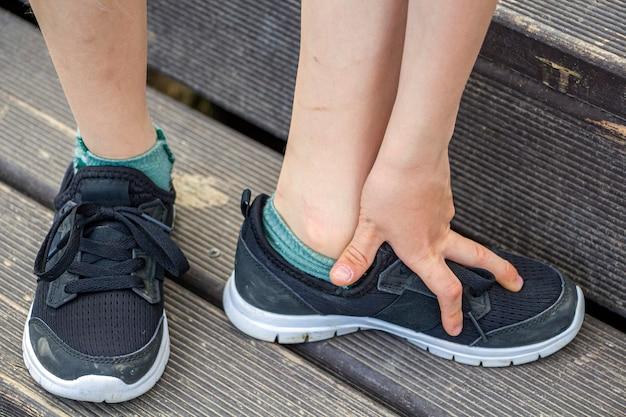 Нога ребенка с синяками, травмой. дети грязные ноги с царапинами.