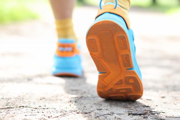 Нога человека, делающего шаг в спортивных кроссовках, концепция спортивной удобной обуви