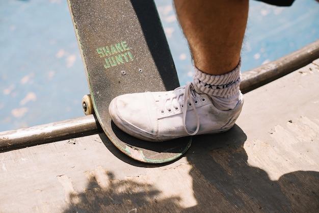 ボード上のスケーターの足