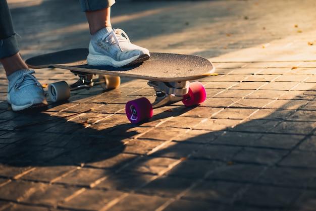 도 서핑 스케이트에 여자의 다리