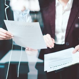 法的な契約と事務処理の議論。ビジネスライフスタイル。女性弁護士のコミュニケーション。オフィスの雰囲気