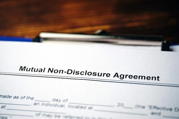 Юридический документ соглашение о взаимном неразглашении на бумаге.