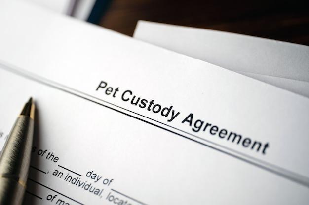 紙の法的文書ペット親権協定。