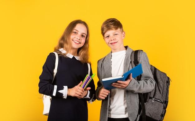 Юридические знания человеческая мудрость счастливые дети в день знаний маленькие дети держат книги