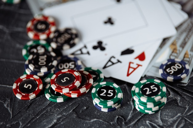온라인 도박 개념에 대한 법적 규칙. 나무 망치, 돈 지폐 및 회색 배경에 카드 놀이.