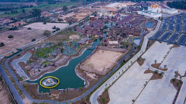 Вид с воздуха на legend siam тайский традиционный парк культуры расположенный в паттайя таиланда.