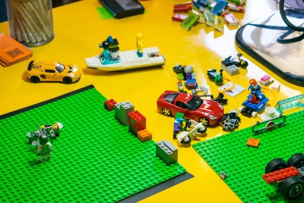 Остановите процесс анимации движения с деталями lego и игрушечными машинками
