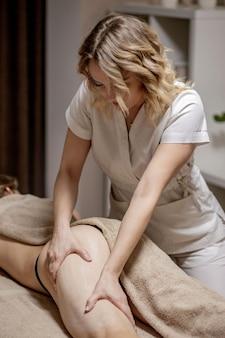다리와 엉덩이 마사지는 셀룰라이트와 정맥류를 줄이고 건강한 모습을 유지합니다. 피부와 바디케어. 회복.