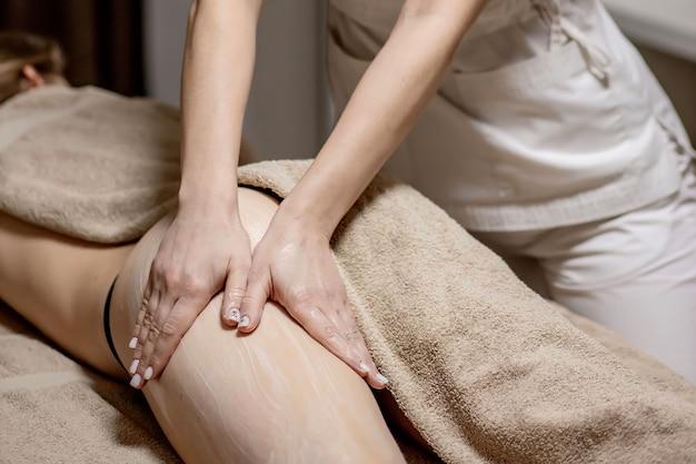 Массаж ног и ягодиц для уменьшения целлюлита и флебевризмы и сохранения здорового вида. уход за кожей и телом. восстановление.