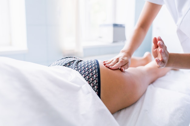 다리와 엉덩이 마사지를 통해 셀룰 라이트와 정맥류를 줄이고 건강한 모습을 유지합니다. 피부 및 바디 케어.