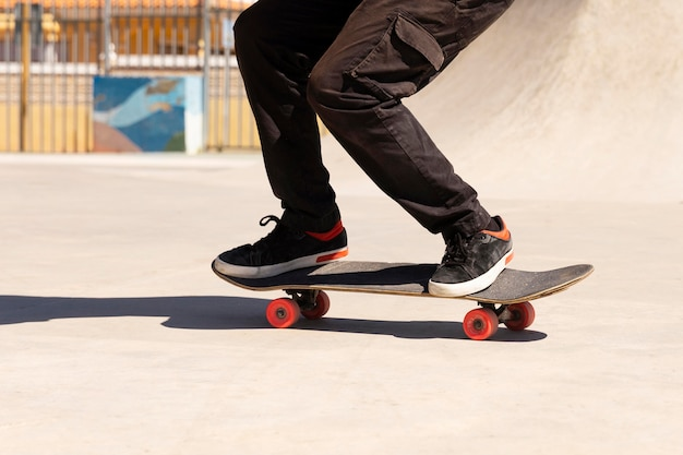 스케이트 보드에 트릭을 하 고 다리를 닫습니다.
