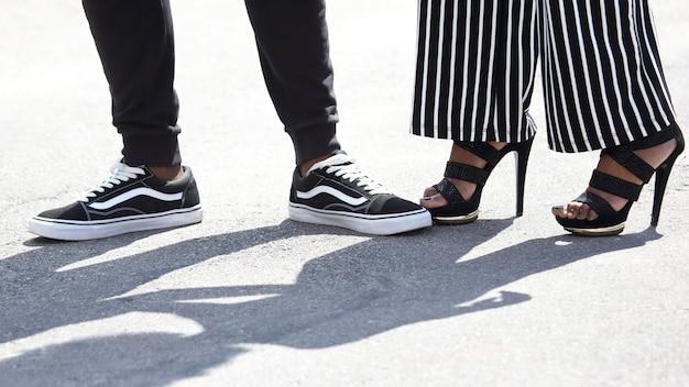 脚はおしゃれな服装の男性と女性。服のモダンなファッションとスタイル