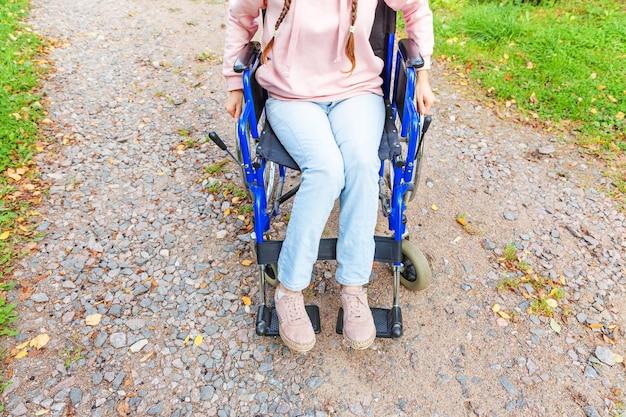환자 서비스를 기다리는 병원 공원에서 도로에 휠체어 바퀴에 다리 피트 핸디캡 여자
