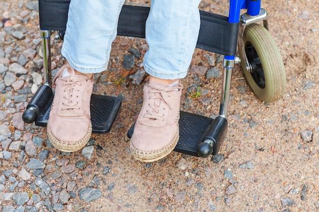 병원 공원에서 도로에 휠체어 바퀴에 다리 발 핸디캡 여자