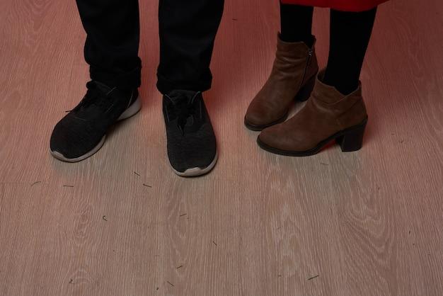 足の男性と女性のライフスタイルのクリスマスのクローズアップ