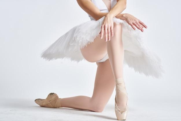 Ноги балерины в пуантах на свету