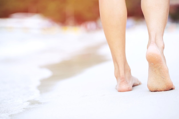砂浜で海に向かって走る美少女の足。