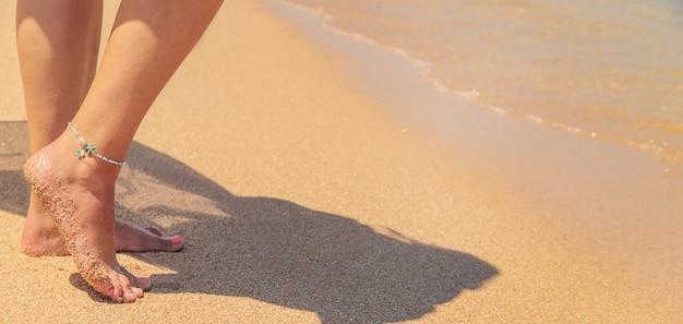 Ноги девушки на берегу моря.
