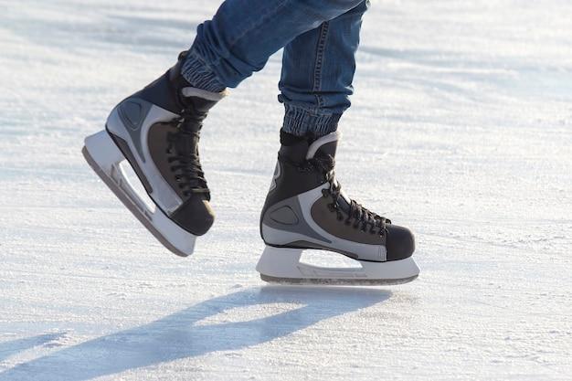 Ноги человека на коньках на катке. хобби и спорт. каникулы и зимние развлечения.