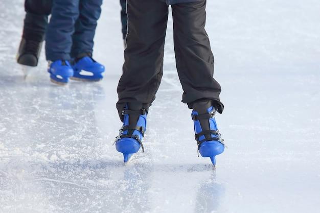 아이스 링크에서 스케이트를 타는 남자의 다리.