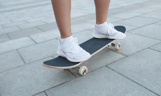 거리에 나무 스케이트 보드에 섹시한 여자의 다리