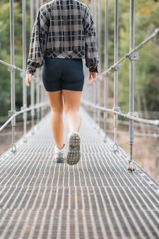 橋を渡る若い女性の足