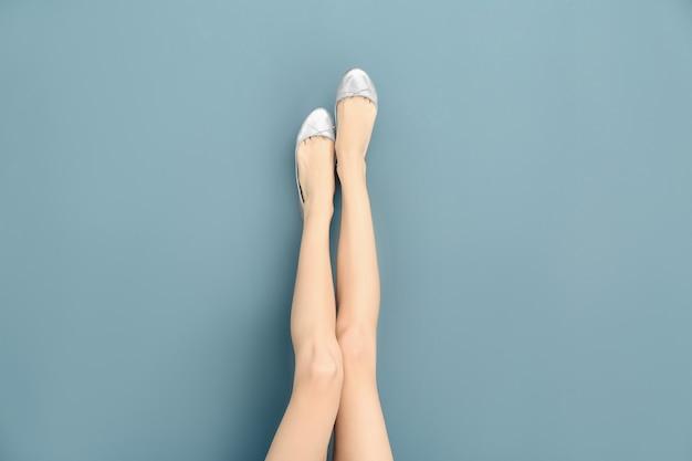 Ноги красивой женщины в стильной обуви на цвете
