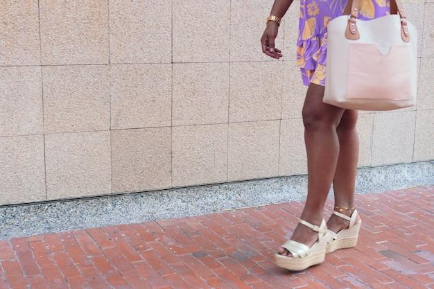 通りを歩いているブルネットの女性の足