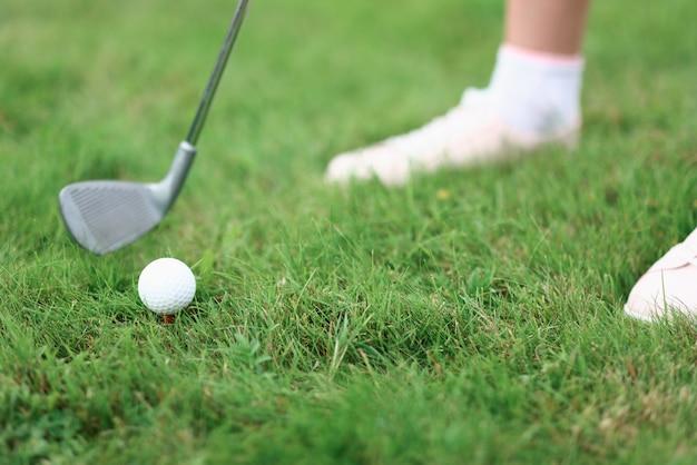골퍼 아이언 퍼터와 잔디에 공의 다리