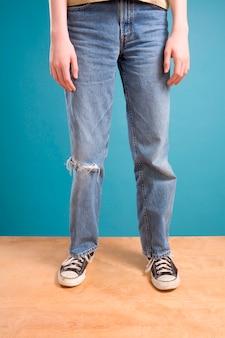 Ноги подросткового мальчика в рваных джинсах