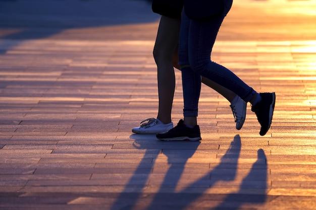 달리는 두 사람의 다리