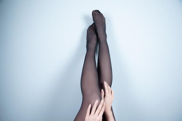 색상 배경에 스타킹 여자의 다리