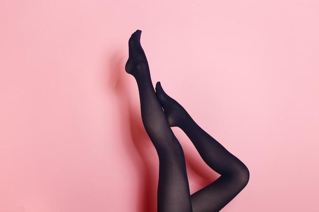 黒タイツの若い白人女性の足