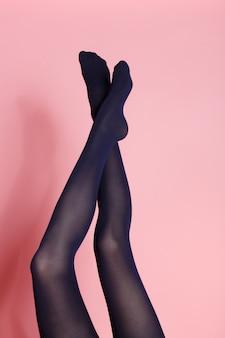 검은 스타킹에 젊은 백인 여자의 다리