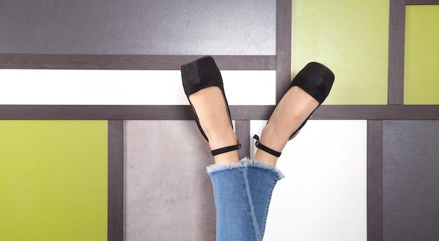 スタイリッシュなハイシューズを履いた若い女性の足