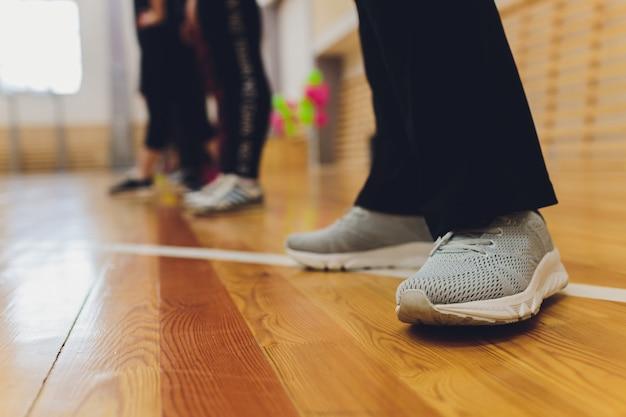 木製の床に足
