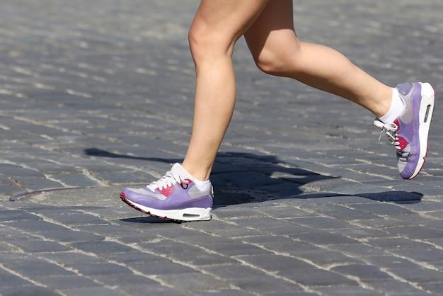Ноги бегают спортсмены по трассе. спорт и здоровье