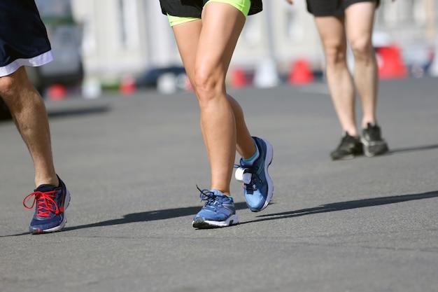 Ноги бегущих спортсменов на дистанции