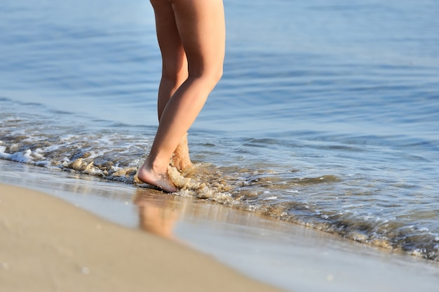 Ноги, идущие по пляжу