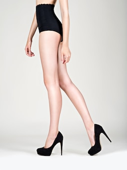 脚の女性ハイヒールファッション、黒のパンティー-スタジオ