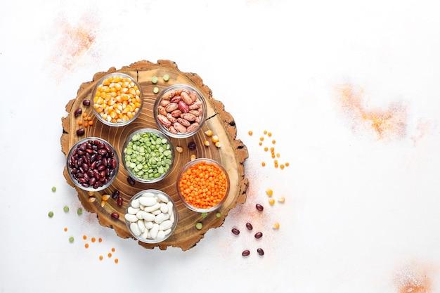 マメ科植物と豆類の品揃え。健康的なビーガンプロテインフード。