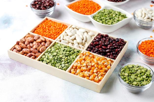 Assortimento di legumi e fagioli cibo proteico vegano sano.