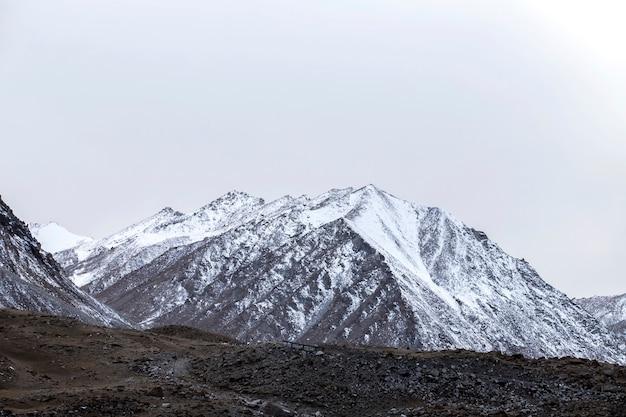 レーラダック、美しい風景、ヒマラヤ山脈、インド北部のジャンムーカシミール州のラダック地方の雪と曇り